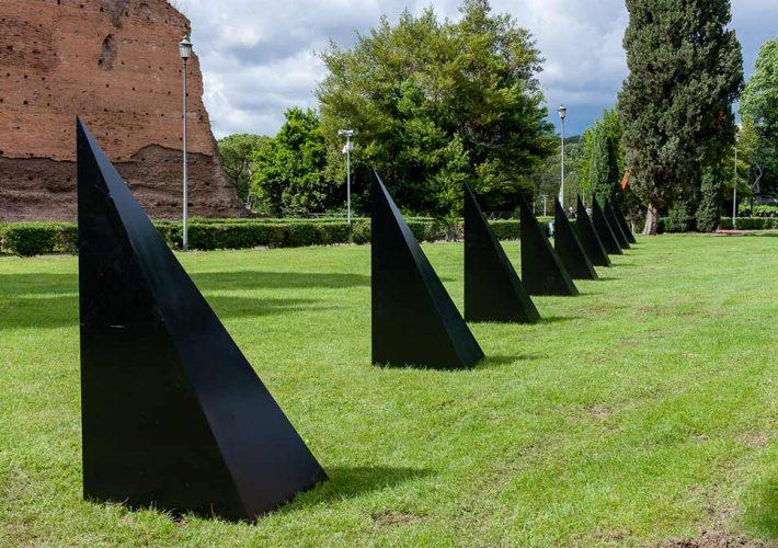 Mauro Staccioli. Condizione Barriera, 1972 | Cemento e Ferro, 470x80x80 cm, due elementi. Collezione privata, Parma